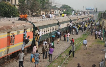 Passengers trying to get on a train in Lagos, Nigeria