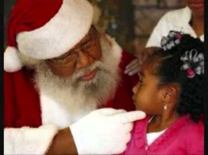 Black Father Christmas playing with a Child(Photo: Internet)