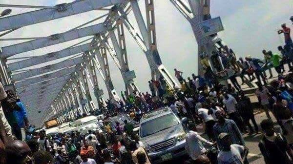 Road Blockage on Niger Bridge(PHOTO: IBTimes)