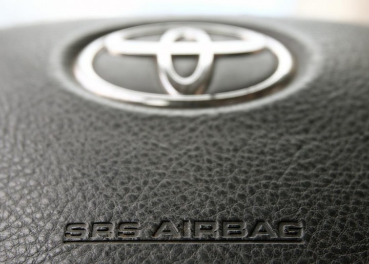 The steering wheel of a Toyota car which contains an airbag is pictured in Vienna April 11, 2013.  Four Japanese automakers including Toyota Motor Corp and Honda Motor Co are recalling a total of around 3.4 million vehicles worldwide due to defective airbags supplied by Takata Corp, the companies said.  REUTERS/Heinz-Peter Bader (AUSTRIA - Tags: TRANSPORT) - RTXYHB0