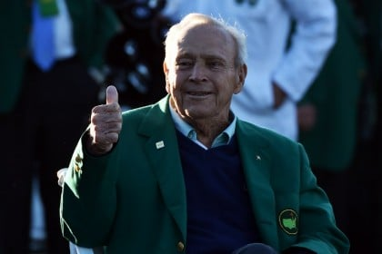 (FILES) This file photo taken on April 7, 2016 shows honorary starter US golfer Arnold Palmer after he arrived to begin Round 1 of the 80th Masters Golf Tournament at the Augusta National Golf Club on April 7, 2016, in Augusta, Georgia.  Beloved golf great Arnold Palmer died at 87 on September 25, 2016. / AFP PHOTO / Nicholas Kamm