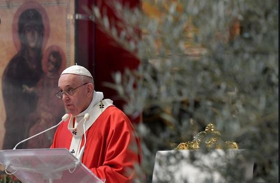 Pope Opens Easter Week Celebrations in Mass Without Congregation